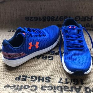Like new Under Armour youth Sz 7 sneakers
